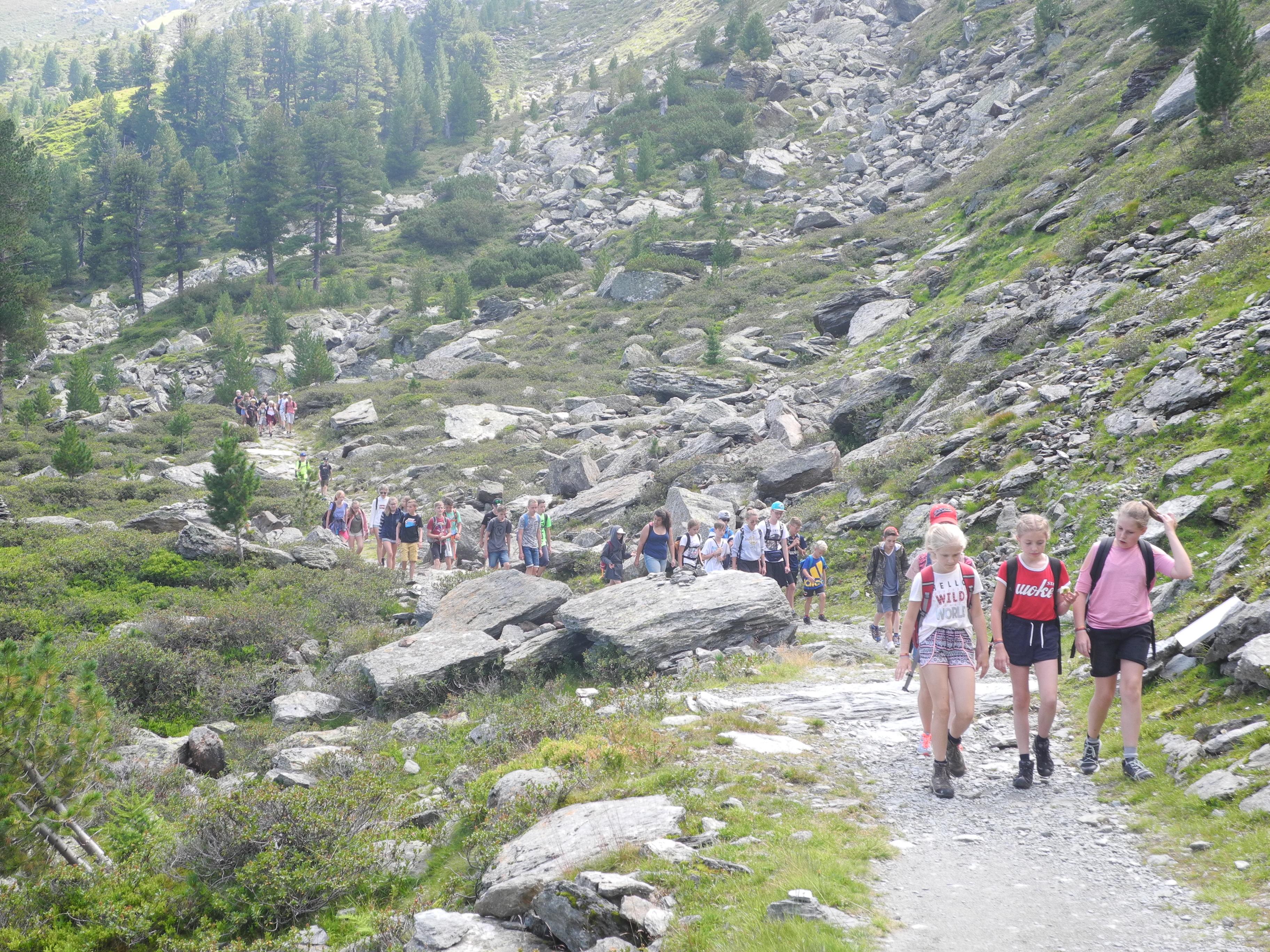 Kinder auf Wanderung in Österreich