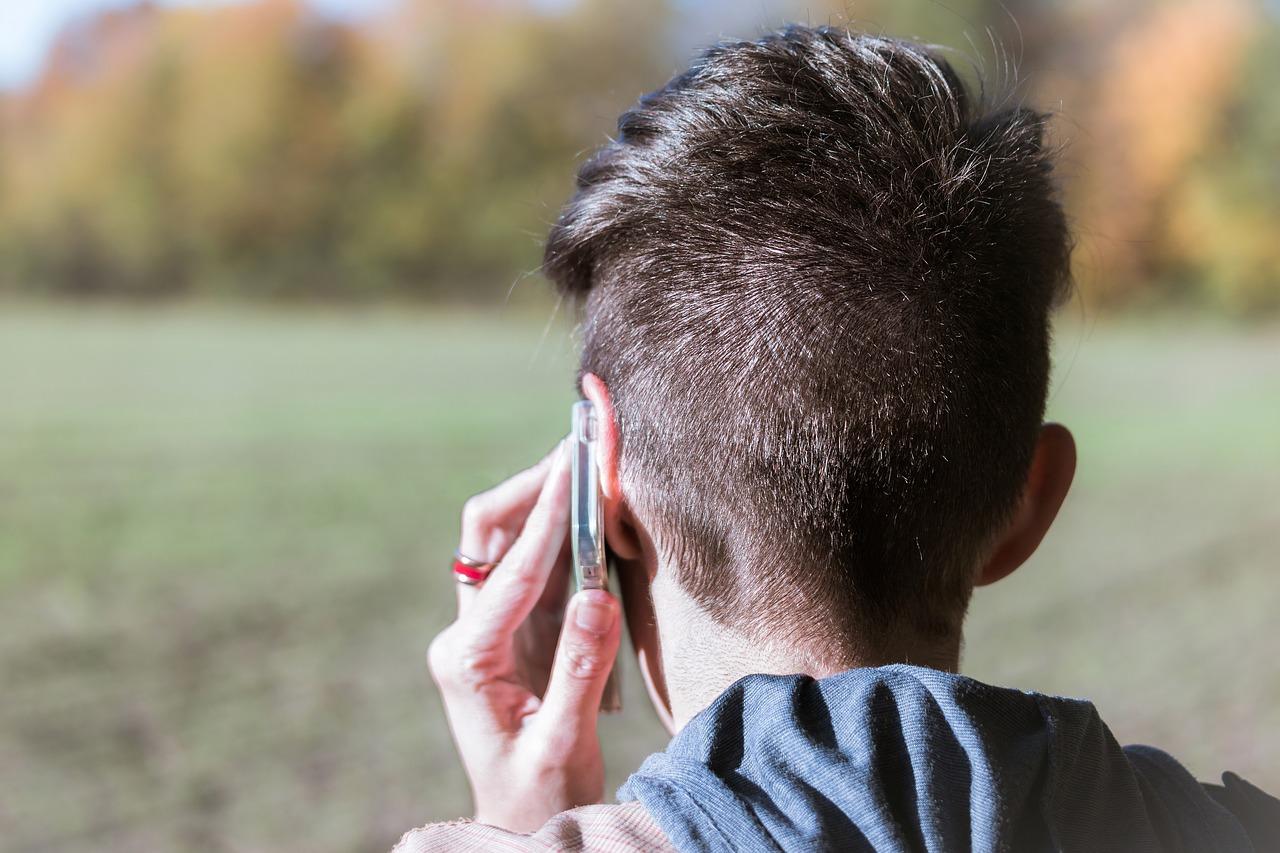 Kind mit Handy am Ohr